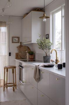 Kitchen On A Budget, Home Decor Kitchen, Kitchen Interior, Home Kitchens, Kitchen Ideas, Kitchen Benches, Kitchen Dining, Stairs Kitchen, Ikea Kitchen