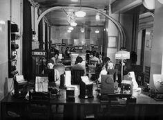 Des employées travaillent au bureau de l'agence française de presse Havas ( anciennement AFP)  place de la Bourse dans les années 30 à Paris en France