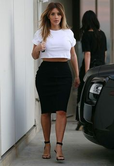 Kim Kardashian street style with crop top and pencil skirt. Kim K Style, Style Casual, Her Style, Style 2014, Look Kim Kardashian, Estilo Kardashian, Post Baby Fashion, Topshop, Swagg