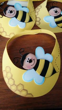 Make treat candy bags with this pattern got bee costume Viseira abelha de EVA Kids Crafts, Bee Crafts, Diy And Crafts, Arts And Crafts, Paper Crafts, Bee Theme, Classroom Decor, Activities For Kids, Projects To Try