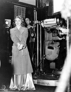A cute pic of Lana behind the scenes of Two Girls on Broadway For more pics and info from the film, and all things Classic Hollywood, visit my website! Golden Age Of Hollywood, Classic Hollywood, Old Hollywood, Classic Movie Stars, Classic Movies, Ziegfeld Girls, Film World, Lana Turner, Two Girls