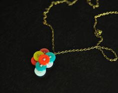 Adorable and colorful button necklace! Instructions included on the page. looks very easy to make! Button Necklace, Diy Necklace, Fun Games, Easy Crafts, Buttons, Create, Diys, How To Make, Craft Ideas