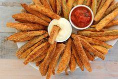 Πανέ κολοκυθάκια και μελιτζάνες στον φούρνο σαν τηγανητά. Τα κορυφαία λαχανικά του καλοκαιριού, που τα τρώμε μέσα σε κεφτέδες, σε μπριάμ, σε γεμιστά και σε έναν σωρό άλλα λαδερά, εποχιακά φαγητά. Deli, Finger Foods, Charleston, Food Processor Recipes, Carrots, Brunch, Food And Drink, Appetizers, Cooking Recipes