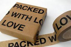"""毎日の生活を豊かにするのは、びっくりするような発明品でなく、実はシンプルでほんの小さなアイデアだったりします。 ほら、こんなテープのような。 「PACKED WITH LOVE」と書かれた茶色のテープ。言ってしまえば""""ガムテープ"""" ですが、こんなふうに大きな文字で愛が詰め込まれただけで、笑顔がこ..."""