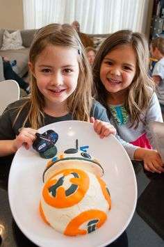 How to make an easy BB-8 Birthday Cake for a Star Wars birthday party #starwars…