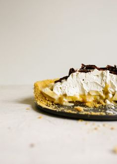 This banoffee pie is a salted graham cracker crust filled with a banana and toffee filling. A sweet and salty, gooey treat of a pie! Chocolate Shavings, Chocolate Pies, Desserts For A Crowd, Summer Desserts, Tart Recipes, Sweet Recipes, Banoffee Cake, Cream Pie, Whipped Cream