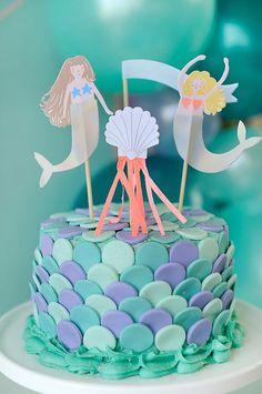 Un gâteau d'anniversaire avec des écailles de sirène