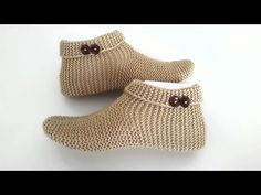 Der Neu :For men and ladies / Super easy boat booties model / making two booties booties booties . Baby Hats Knitting, Baby Knitting Patterns, Knitting Designs, Knitting Socks, Knitted Slippers, Slipper Socks, Knitted Poncho, Knitted Hats, Knitting Videos