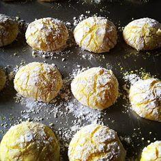 ραγισμενα μπισκοτα λεμονιου Greek Sweets, Greek Desserts, Greek Recipes, Biscuit Cookies, Biscuit Recipe, Brownie Recipes, Cookie Recipes, Lemon Cookies, Christmas Cooking