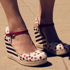 Who wouldn't give us a little #smirk for wearing these #polkadots #striped #wedges