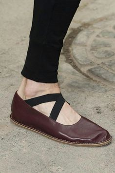 Dries van noten S/S 2015 I can't believe here's another really simple shoe from van noten (what's with the wrinkle in the toe - no toebox?) Make these!