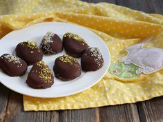 Chocolate Covered Cashew Butter Easter Eggs 1 cup Simply Nature cashew butter or almond butter 2 tablespoons maple syrup 3 teaspoons coconut flour 2 tablespoons Simply Nature coconut oil, divided 1 cup chocolate chips optional toppings: crushed nuts