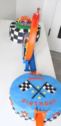 Changs and Changes: And another Hot Wheels Cake… – Cake Hot Wheels Party, Bolo Hot Wheels, Hot Wheels Cake, Festa Hot Wheels, Hot Wheels Birthday, Race Car Birthday, Race Car Party, Cars Birthday Parties, Hotwheels Birthday Cake