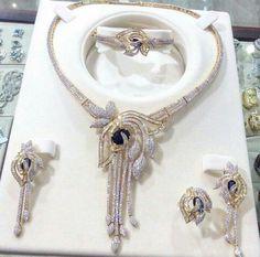 Ali Baba Selani Gold and diamond international saplayer Trendy Fashion Jewelry, Fashion Jewelry Necklaces, Jewelry Accessories, Fancy Jewellery, Gold Jewellery Design, Wedding Jewelry Sets, Bridal Jewelry, Luxury Jewelry, Beautiful Necklaces
