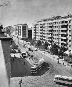 Imaginea să fie de prin 1963, dar unde anume pe Ştefan cel Mare găseai atunci o atare combinaţie de blocuri, tramvaie şi troleibuze? Dacă e să ne luăm după hărţile vremii, fotografia pare luată dintr-o realitate paralelă. Socialist State, Socialism, Warsaw Pact, Central And Eastern Europe, Bucharest Romania, Interesting Reads, Timeline Photos, Cold War, Beautiful Places