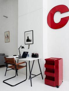 escritorio blanco con detalles rojos