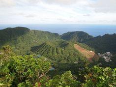 Aogashima é uma pitoresca ilha situada a pouco mais de 350 quilômetros de Tóquio. Entretanto, apesar de ser um lugar belíssimo e incrivelmente tranquilo, não deixe as aparências enganarem você! Não se trata de uma ilha comum, mas sim da cratera de um dos 110 vulcões ativos que são monitorados de perto pelas autoridades japonesas.