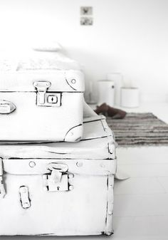 Painted old suitcases Vintage Suitcases, Vintage Luggage, All White, Pure White, Shades Of White, Home And Deco, Interior Inspiration, Inspiration Wall, Decoration