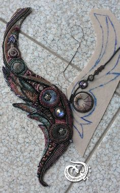 Ya he acabado de bordar la ala derecha. Después he rodeado los cabuchones de las piedras semipreciosas y cristales de Swarovsky con cuentas. He cortado fieltro que sobraba. Bead Embroidery Tutorial, Bead Embroidery Patterns, Bead Embroidery Jewelry, Fabric Jewelry, Beaded Embroidery, Seed Bead Jewelry, Bead Jewellery, Beaded Jewelry, Jewelery