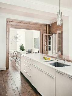 Cozinha branca e de madeira