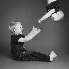 SØSKENFOTO Det går litt vilt for seg i studio til tider. Storebror er klar til å ta imot #barnefoto #barnefotograf #momentstudio #fotostudio #søskenfoto #søskenfotografering #søskenkjærlighet