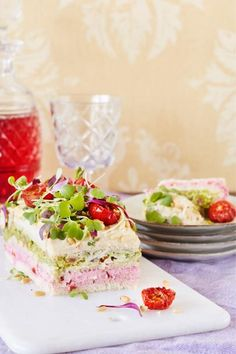 Tässä on etsimäsi vegaaninen voileipäkakku! Kauniin kasvisvoileipäkakun täytteenä on upean väristä, punajuurella maustettua hummusta ja avokadotahnaa. Cake Sandwich, Vegan Party Food, Vegan Food, Swedish Recipes, Catering Food, Delicious Vegan Recipes, Vegan Baking, Savoury Cake, Food Design