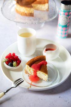 Ma recette légère et sans sucre du New York Cheesecake au coulis de fraises, accompagnée à merveille par le thé vert Sakura de Mariages Frères.
