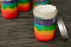 Rainbow cake in a jar! I'm collecting rainbow food ideas. I have loved the color spectrum since I was a kid always putting things in color order. Pot Cupcake, Cupcake Cakes, Mini Cakes, Cake In A Jar, Dessert In A Jar, Yummy Treats, Sweet Treats, Yummy Food, Köstliche Desserts