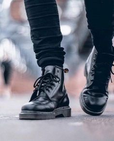 Doc Martens have been in style for almost 60 years, discover what made them so popular. We also discuss how to wear them in style! Dr Martens Outfit, Style Dr Martens, Dr. Martens, Dr Martens Men, Dr Martens Boots, Dr Martens 1460, Men's Shoes, Shoe Boots, Look Jean