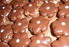 Ořechové kytičky s krémem Gingerbread Cookies, Chocolate, Food, Gingerbread Cupcakes, Essen, Chocolates, Meals, Brown, Yemek