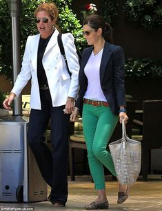 Jessica Biel wore a pair of green jeans with leopard loafers and a classic navy blazer recently. I adore this outfit! Fashion Mode, Work Fashion, Fashion Outfits, Latest Fashion, Fashion Trends, Mode Ab 50, Casual Outfits, Cute Outfits, Navy Blazer Outfits