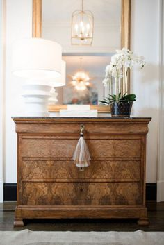 Here are some tips for styling your wet bar and entry hall table! I'm bringing you into my home to show you a sense of my style to help inspire you and give you some tips of a practical but stylish home! Check out how I style my Wet and Entry Hall! Home Decor Styles, Cheap Home Decor, Diy Home Decor, Room Decor, Home Upgrades, Entry Hall Table, Hall Tables, Greige, Diy Luminaire