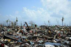 BEELD 9: In de Filipijnen raasde er een van de zwaarste storm ooit over het land. Er vielen meer dan 5 000 slachtoffers en duizenden mensen zijn dakloos. Verschillende hulporganisaties over de hele wereld zijn de Filipijnen hulp en eten gaan geven. Er werden ook verschillende acties georganiseerd om geld in te zamelen.