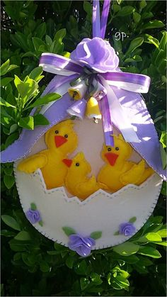 Our goal is to keep old friends, ex-classmates, neighbors and colleagues in touch. Felt Diy, Handmade Felt, Felt Crafts, Diy And Crafts, Easter Art, Easter Crafts, Easter Eggs, Ester Decoration, Felt Ornaments
