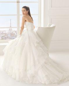 Vestido de organza, em cor natural. Vestido de organza, em branco. Vestido de organza real, em cor natural.