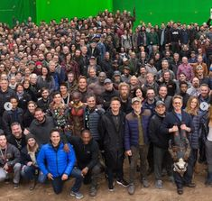 Avengers: Endgame: Robert Downey Jr is front and centre as the entire cast and crew pose for a legendary photo Oh god my heart Marvel Avengers, Avengers Cast, Marvel Jokes, Avengers Memes, Marvel Actors, Marvel Funny, Marvel Dc Comics, Marvel Heroes, Robert Downey Jr.