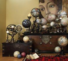 Mise en scène. Collection. Accumulation. Globe terrestre.