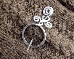 Circle With A Twist Shawl Pin, Aluminum Sweater Brooch, Scarf Pin Handmade in Oregon Knitters Gift Wire Wrapped Jewelry, Metal Jewelry, Celtic Hair, Bijoux Fil Aluminium, Wire Crafts, Argent Sterling, Knitting Accessories, Beads And Wire, Hair Pins