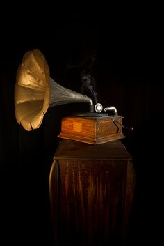 Gramophone Decca - www.remix-numerisation.fr - Rendez vos souvenirs durables ! - Sauvegarde - Transfert - Copie - Digitalisation - Exploration et Restauration de bande magnétique Audio - Dématérialisation audio - MiniDisc - Cassette Audio et Cassette VHS - VHSC - SVHSC - Video8 - Hi8 - Digital8 - MiniDv - Laserdisc - Bobine fil d'acier