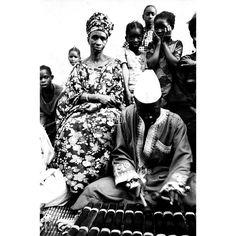 """Musica tribale. Opera scattata in una strada di un villaggio nigeriano. L'attenzione è catalizzata sugli """"anonimi"""", considerati più interessanti, più """"degni di essere fotografati"""". Il reportage, dell'agenzia """"D.F.P."""" di Dani Maria Turriccia, si distingue per il suo forte contrasto chiaroscurale, che accresce l'impatto emotivo. #Africa, #Nigeria 1975."""