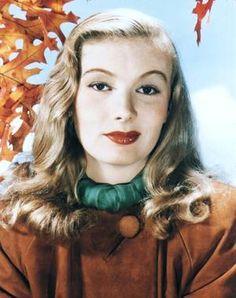 Veronica LAKE, née Constance Frances Marie OCKELMAN le 14 novembre 1919 à New York, et décédée le 7 juillet 1973 à Montréal, Québec, Canada, est une actrice américaine. Elle a essentiellement joué dans les années 1940. Son style, en particulier sa coiffure très caractéristique ne dévoilant qu'un seul œil, en fit un mythe du cinéma.