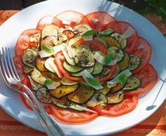 Gebratene Zucchetti und Auberginen mit Tomaten und Parmesan