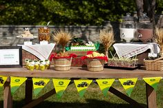 John Deere birthday party ideas @ decorating-by-day Tractor Birthday, Cowboy Birthday, Farm Birthday, 4th Birthday Parties, Birthday Ideas, Birthday Bash, John Deere Party, Party Themes For Boys, Farm Party