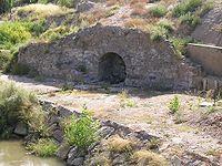 Alfaro - Ninfeo Romano esta fuente romana del siglo I es la parte mejor conservada de un conjunto hidráulico compuesto por presa y puente. La fuente se sitúa en una de las manguardias del puente.Pese al nombre de ninfeo no se puede afirmar que estuviese dedicado a las ninfas del Alhama,