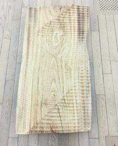 多摩美の仁井田悠里さんの作品木の板が線状に彫られているんですがその表面が大きく波打つようになっています今にもその波が動き出しそうな向こうからこちらに流れてきそうな不思議な臨場感があって目を惹かれました #五美大展 #YuriNiida #art #everydayart #1日1アート