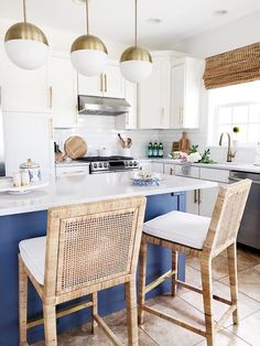 Kitchen Counter Stools Perfect For A Summer Decor Kitchen Lighting Design, Kitchen Lighting Fixtures, Kitchen Pendant Lighting, Pendant Lights, Light Fixtures, Blue Kitchen Cabinets, Kitchen Island, Navy Kitchen, White Cabinets
