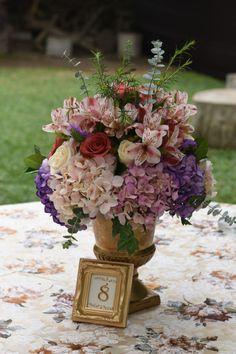 Distribuye exitosamente las mesas de invitados de tu matrimonio.    #Matrimoniocompe #Organizaciondebodas #Matrimonio #TipsNupciales #CaminoAlAltar #MatriPeru #BodaPeru #DecoracionDeMatrimonio #DecoracionConFloresParaBodas #SeatingPlan #WeddingSeatingPlan #MesasDeInvitados #DecoraciónDeMesasParaBodas Table Decorations, Home Decor, Wedding Table Numbers, Wedding Tables, Bohemian Chic Weddings, Guest List, Flower Centerpieces, Wedding Night, Co Workers