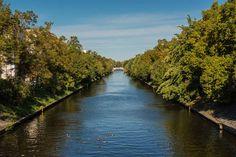 Seit ein paar Sommern ist in Neuköllner Gewässern übrigens einiges los: Die Be-wohner entdecken die Seefahrer in sich und üben auf dem Landwehrkanal und dem Neuköllner Schifffahrtskanal – mit Gummibooten und selbstgebauten Flößen.