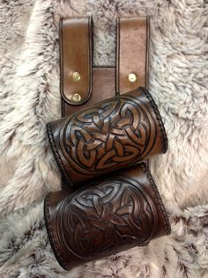 Hand-Tooled Celtic-Knot Double Sword Frog (right hip) Reminds me of an idea I had for a sword belt once.