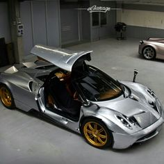 Sweet Paganai Huayra! Silver body Gold wheels and interior, Looks cool!